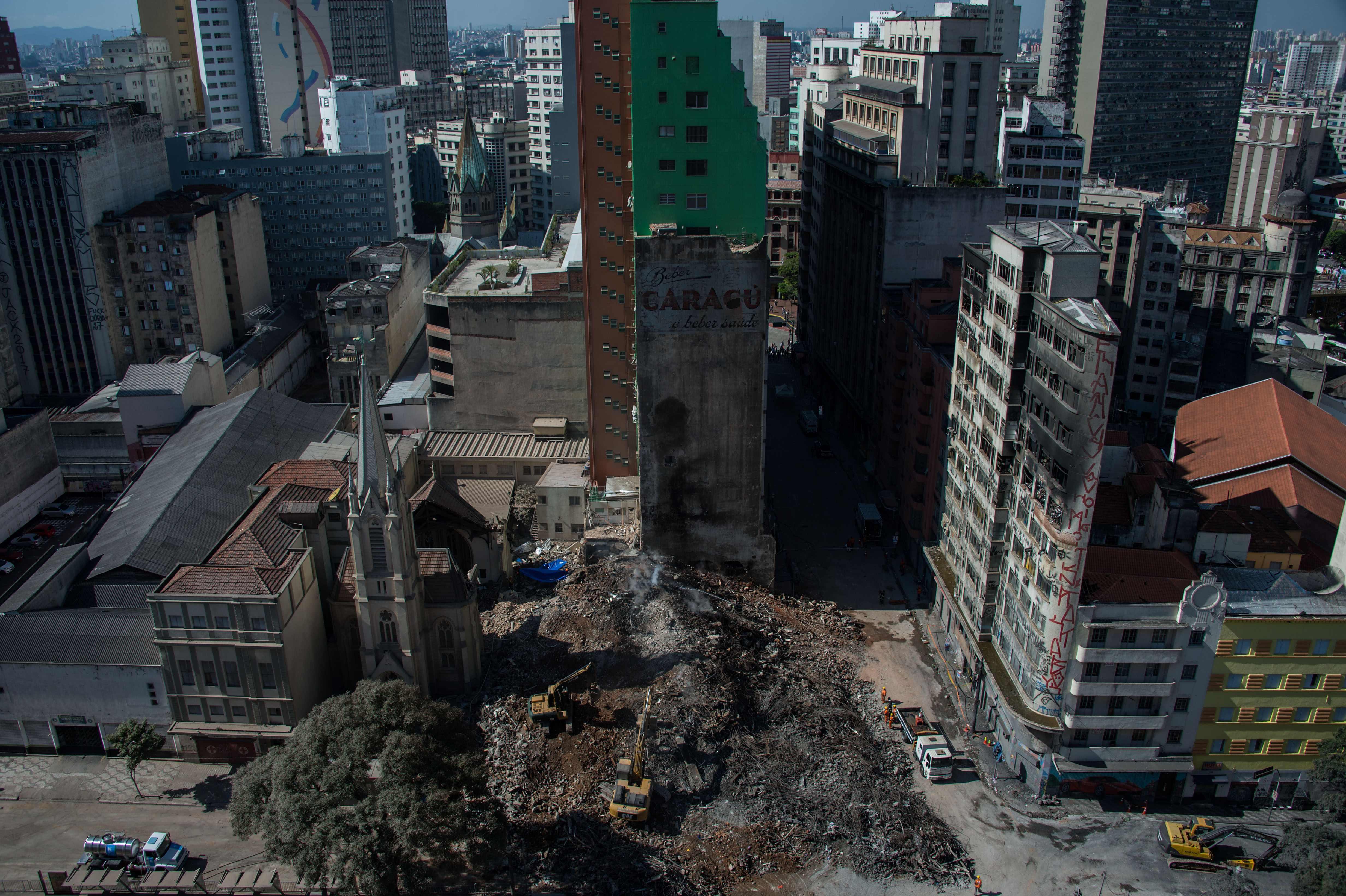 جانب من جهود إزلة حطام مبنى فى البرازيل
