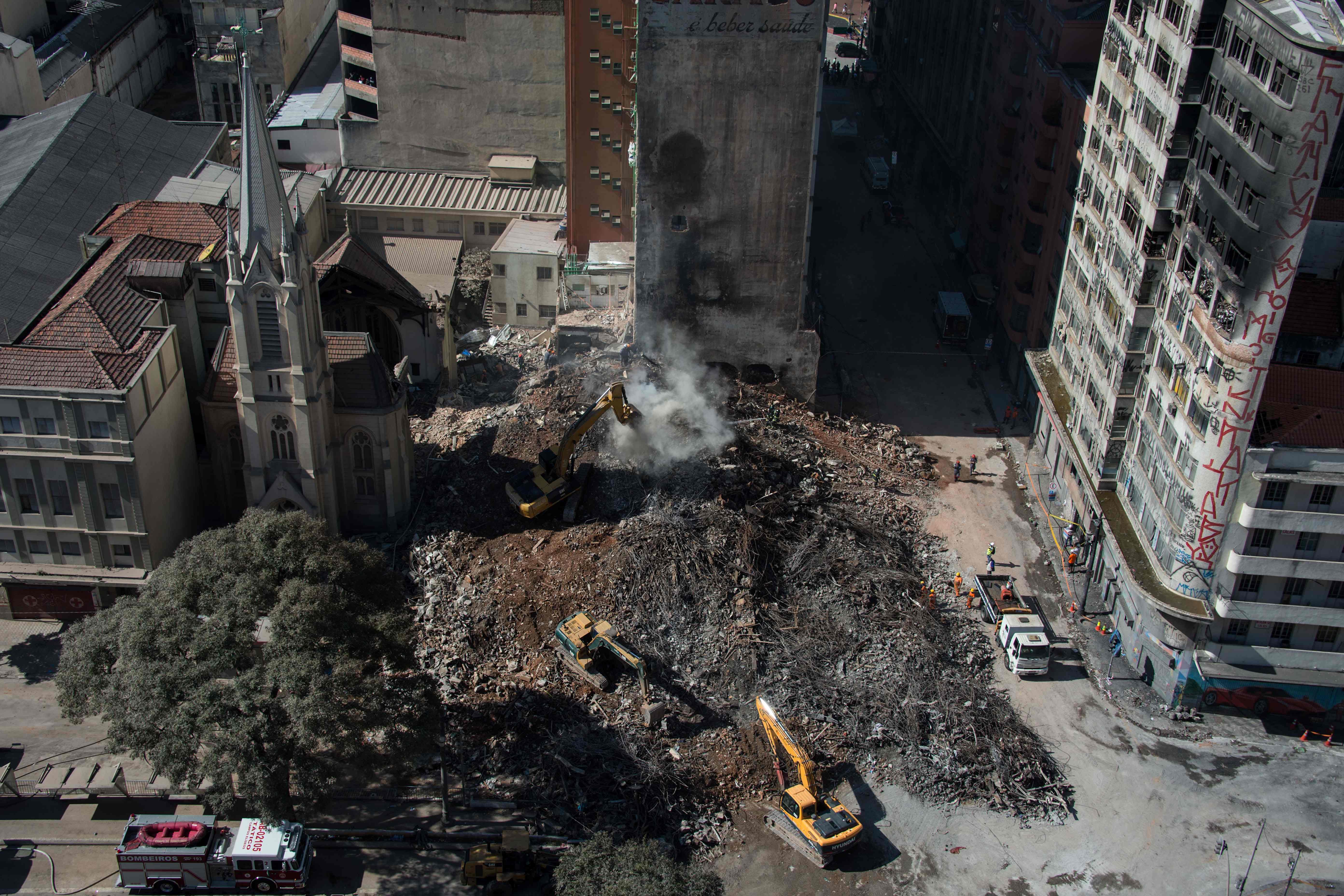 جهود رفع آثار مبنى منهار فى البرازيل