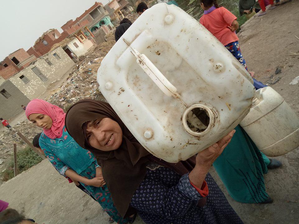 الأهالي يغسلون الأواني بمياه الصرف الصحي (2)