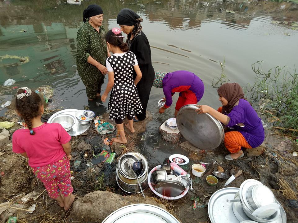 الأهالي يغسلون الأواني بمياه الصرف الصحي (3)