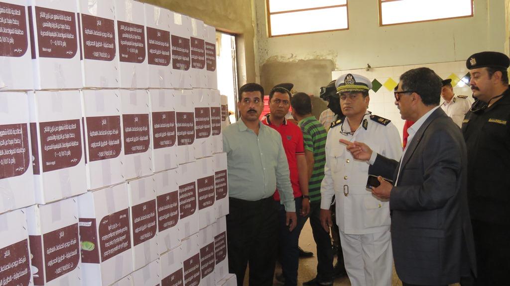 مدير امن الاسماعيلية يداهم مصنع مواد غذائية غير مرخص (10)