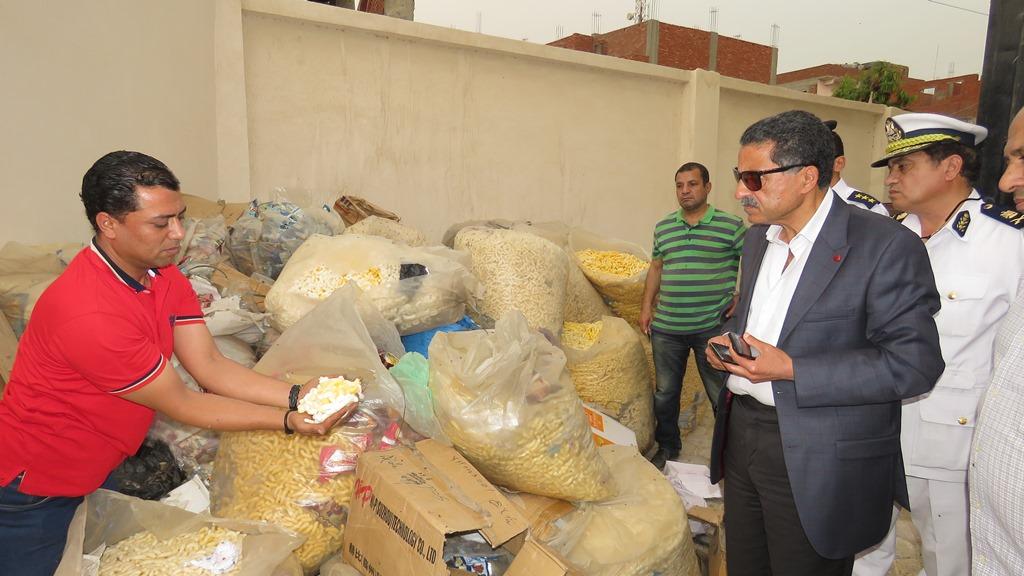 مدير امن الاسماعيلية يداهم مصنع مواد غذائية غير مرخص (18)