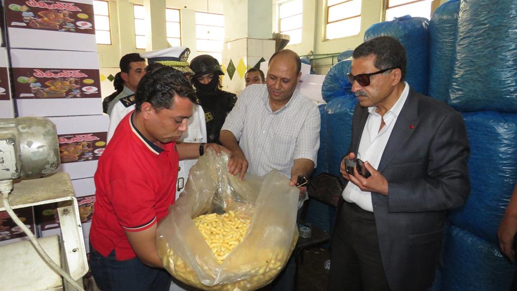 مدير امن الاسماعيلية يداهم مصنع مواد غذائية غير مرخص (13)