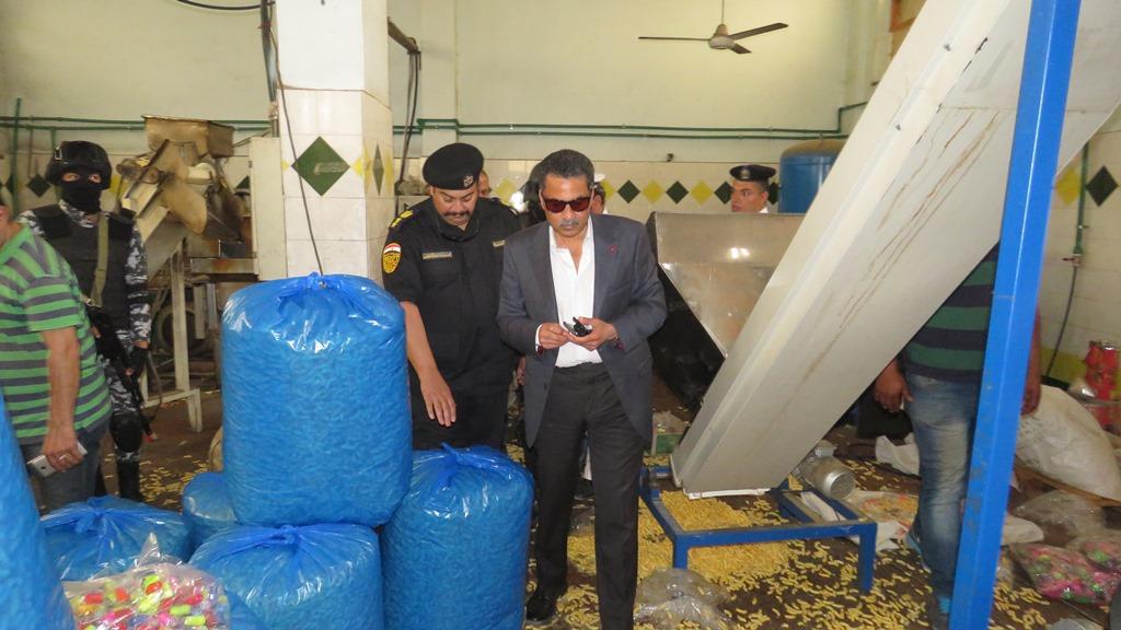 مدير امن الاسماعيلية يداهم مصنع مواد غذائية غير مرخص (2)