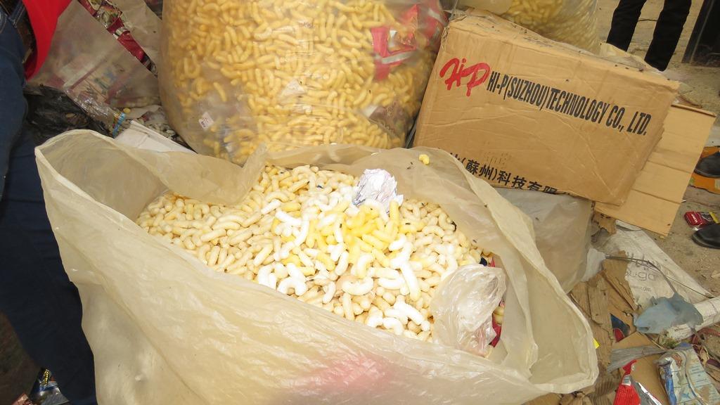 مدير امن الاسماعيلية يداهم مصنع مواد غذائية غير مرخص (16)