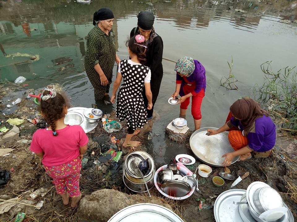 الأهالي يغسلون الأواني بمياه الصرف الصحي (1)