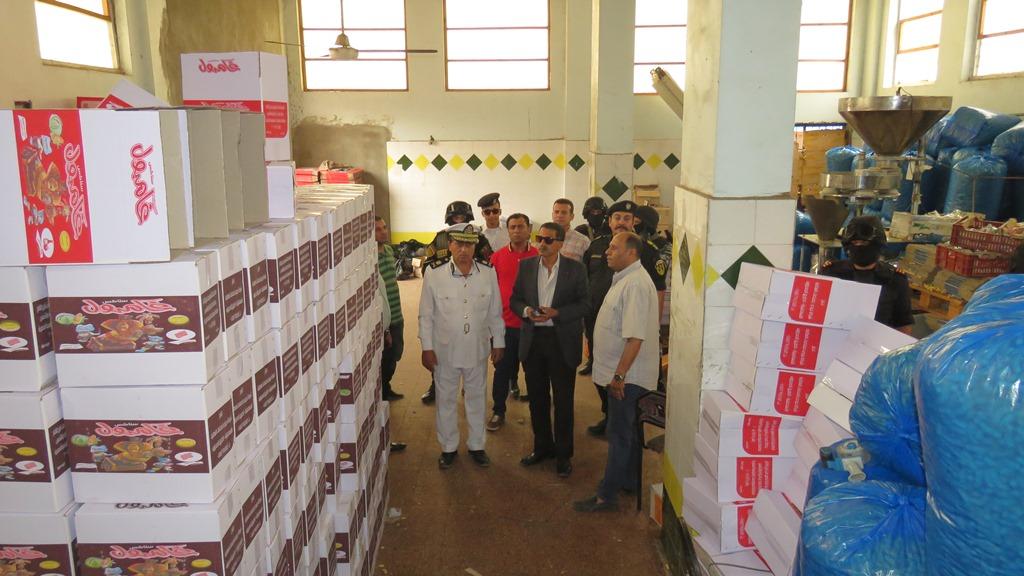 مدير امن الاسماعيلية يداهم مصنع مواد غذائية غير مرخص (11)