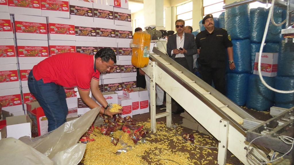 مدير امن الاسماعيلية يداهم مصنع مواد غذائية غير مرخص (12)