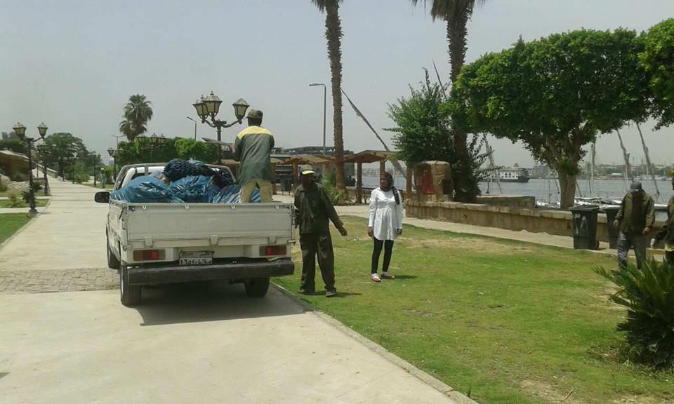 مجلس مدينة الأقصر يقود حملات لتنظيف نهر النيل من القمامة والمخلفات (1)