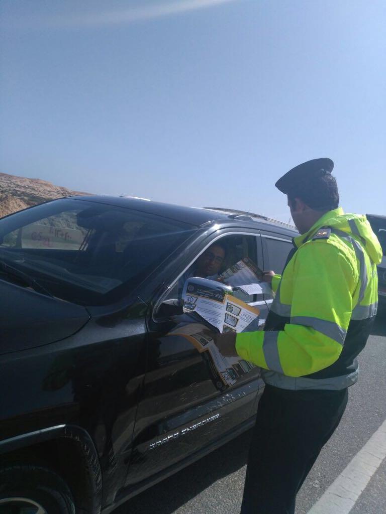 60251-رجال-المرور-توزع-كتيبات-للتوعية-على-السائقين