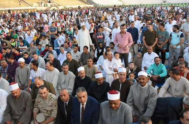عباس شومان يؤدى صلاه العيد فى سوهاج