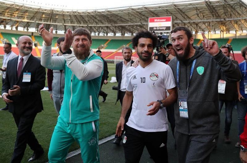 محمد صلاح يطوف الملعب ومعه الرئيس الشيشاني رمضان قادروف