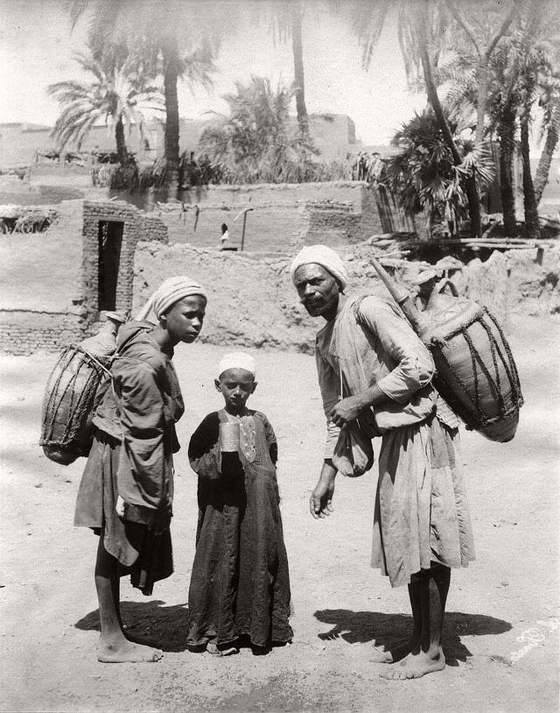 السقا فى القاهرة اواخر القرن التاسع عشر ولا أحد يرتدى الحذاء