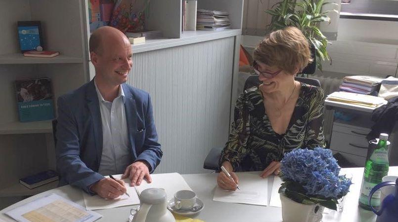 خلال توقيع الاتفاق بين جوته وجامعة برلين