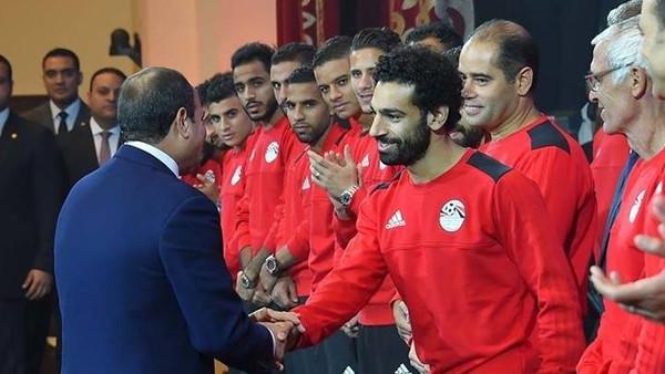 السيسي برفقة لاعبي المنتخب (2)