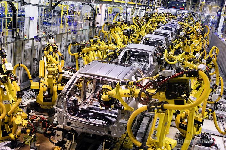 تسعة بالمائة من عمال مصانع السيارات سيفقدون وظائفهم بسبب الروبوت