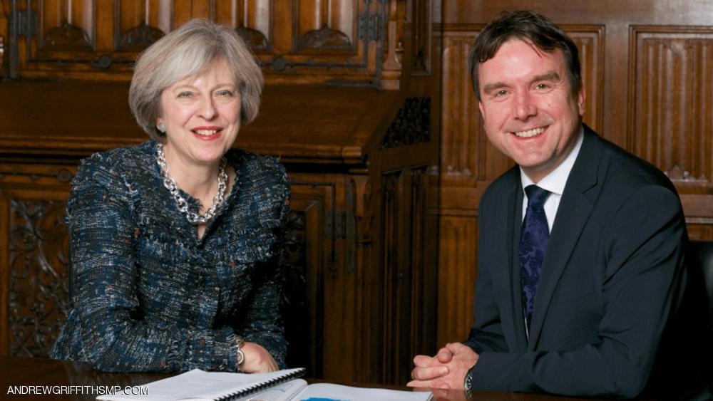 الوزير البريطاني أندرو غريفيث مع رئيسة الوزراء تيريزا ماي