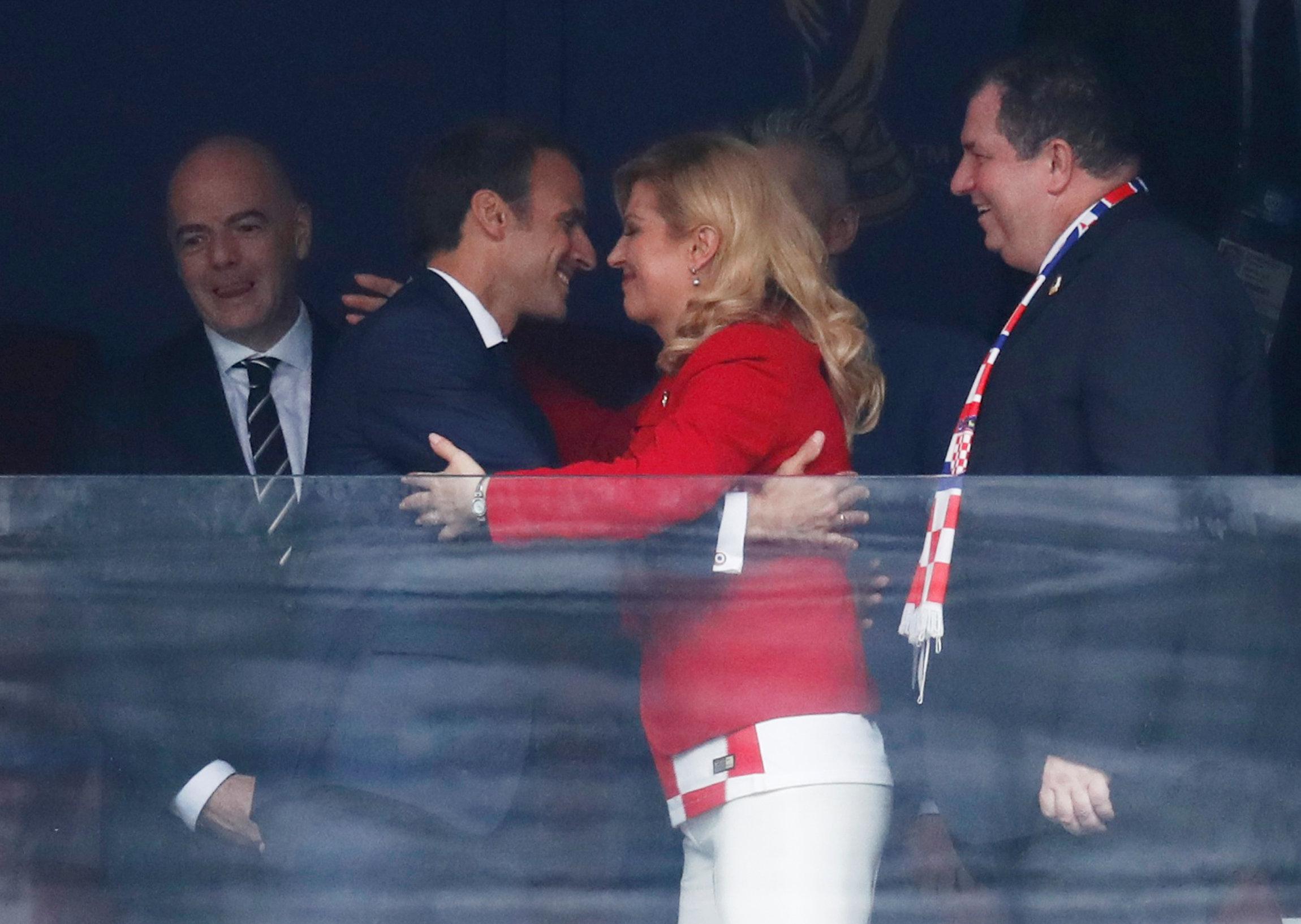 466789-رئيسة-كرواتيا-تعانق-ماكرون