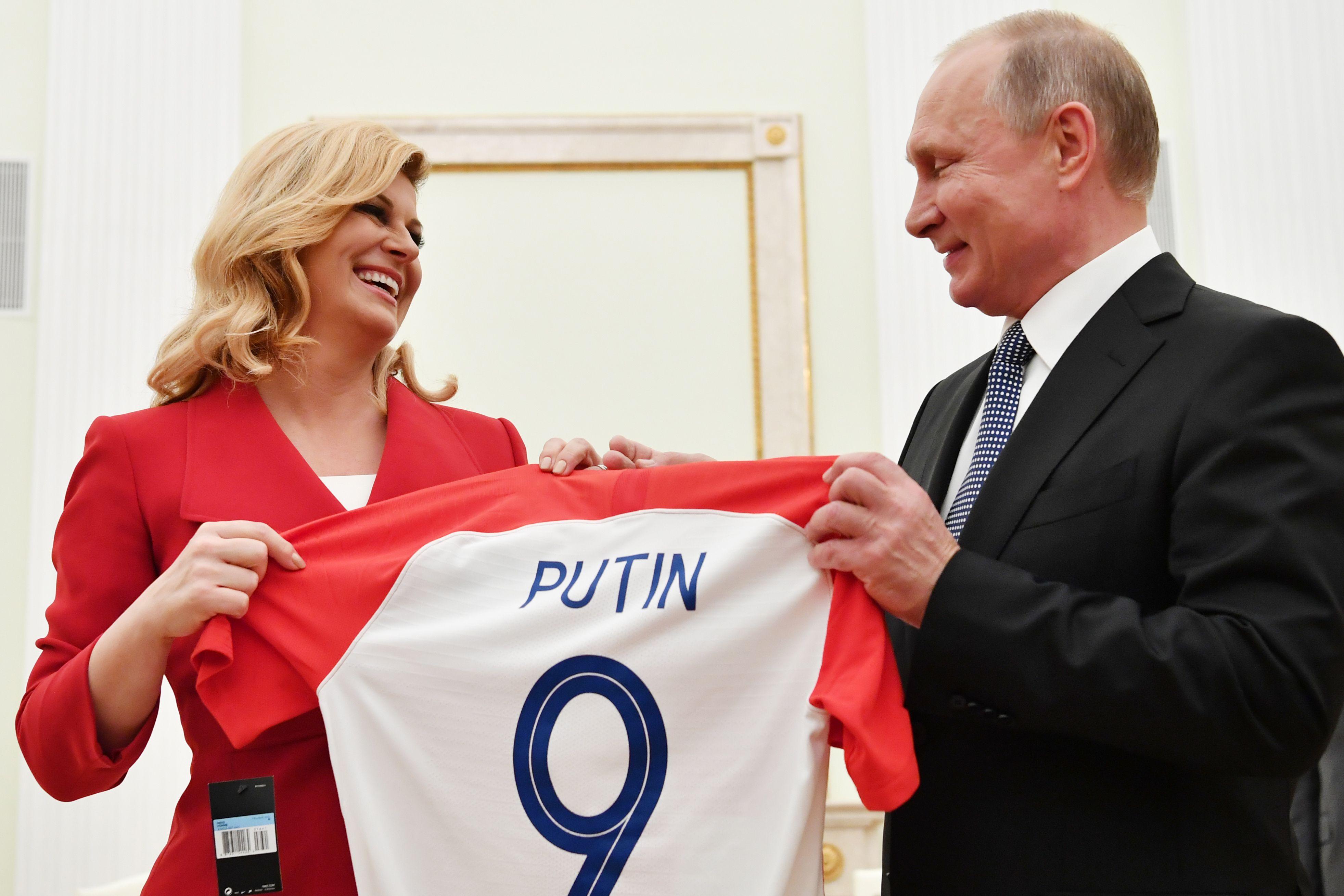 729093-رئيسة-كرواتيا-تهدى-بوتين-قميص-منتخب-بلادها-قبل-نهائى-كأس-العالم