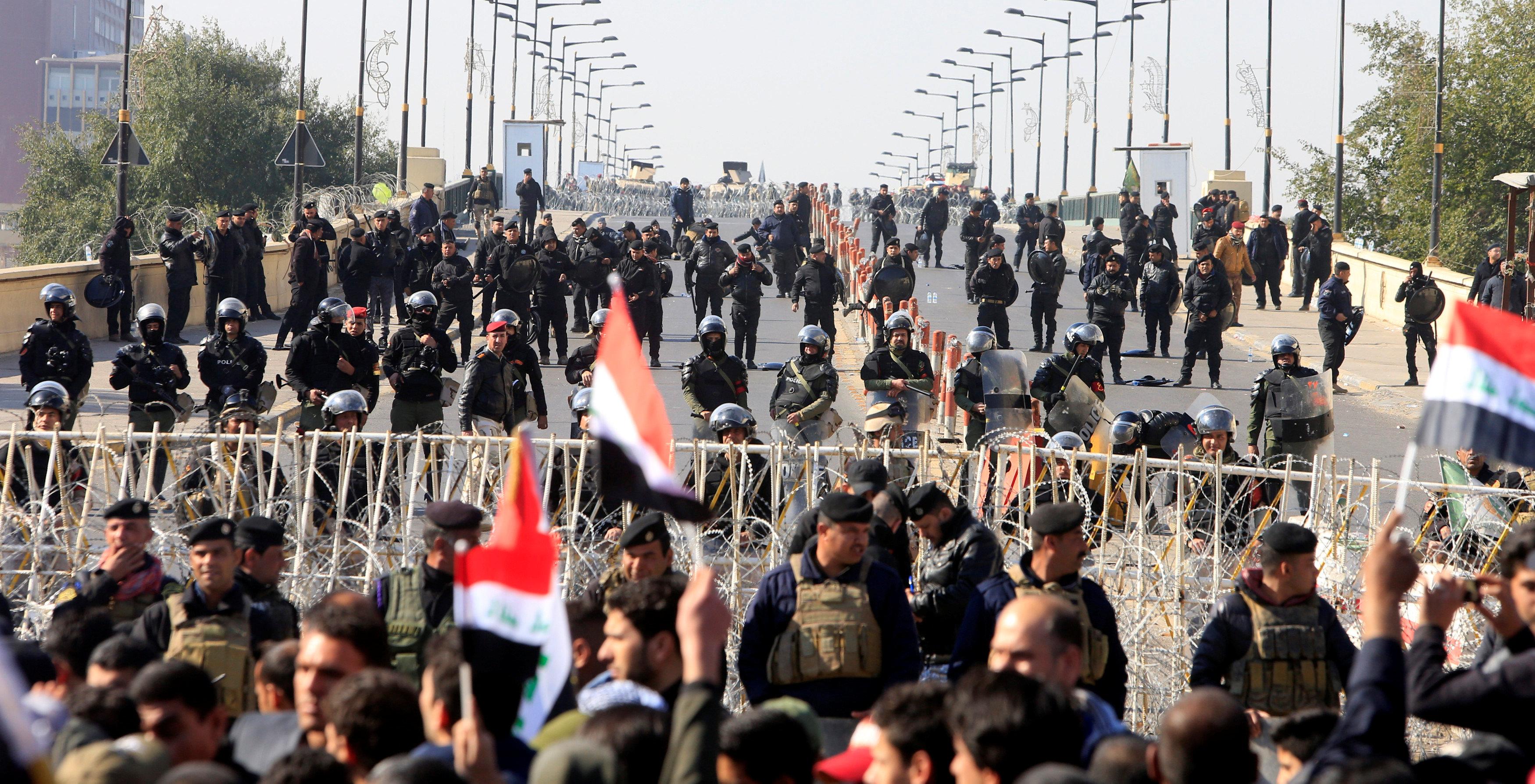 1622196-الشرطة-العراقية-تواجه-مظاهرات-أنصار-مقتدى-الصدر