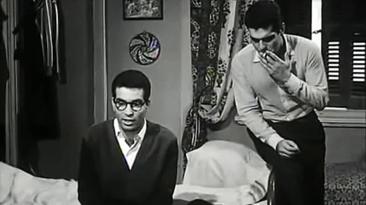 عمر الشريف وحسن يوسف في مشهد من فيلم في بيتنا رجل