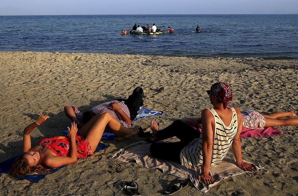 لاجئين يصلون ولامبالاة من المصطافين