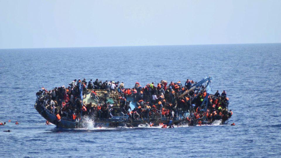 غرق مركب للاجئين فى عرض البحر