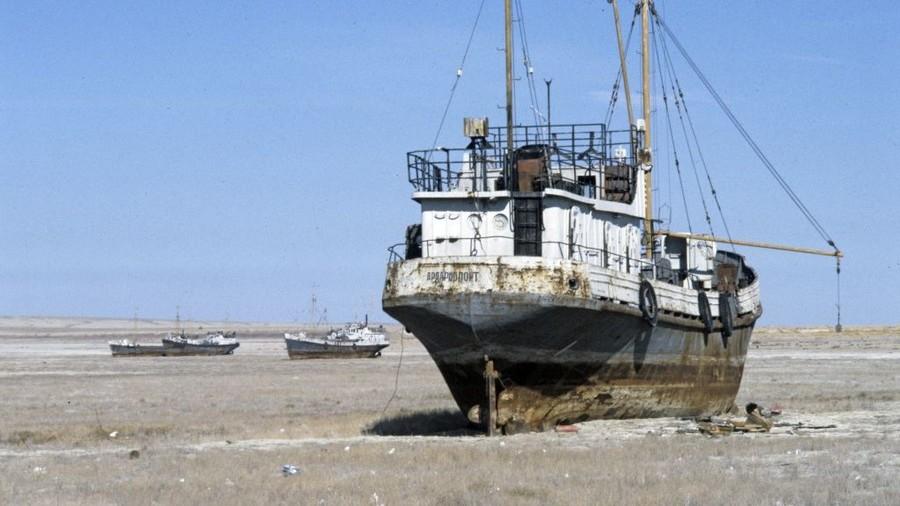 السفن العالقة فى البحر