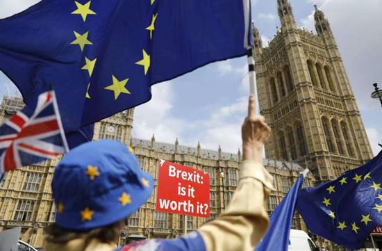 البريطانيون في استفتاء بريكست copy
