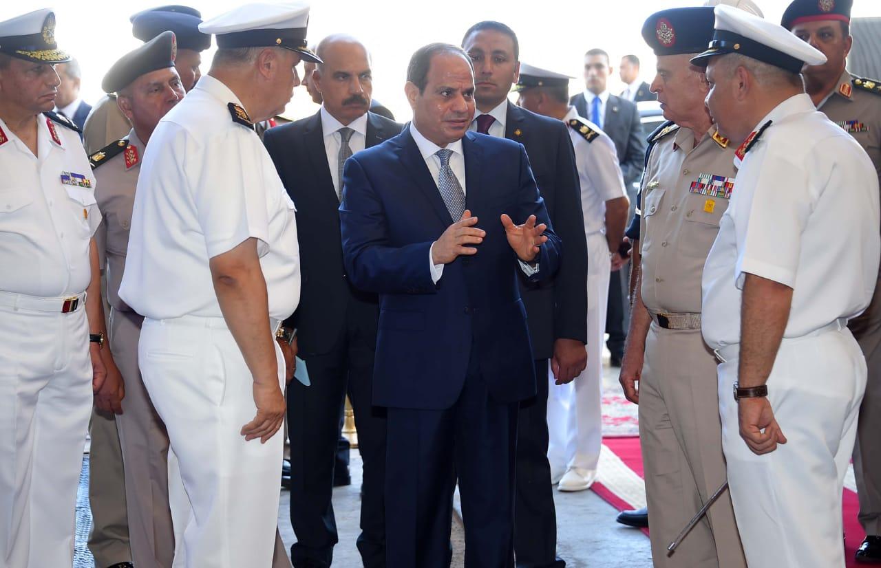 الرئيس السيسي يتفقد هناجر وورش إصلاح القوات البحرية (5)