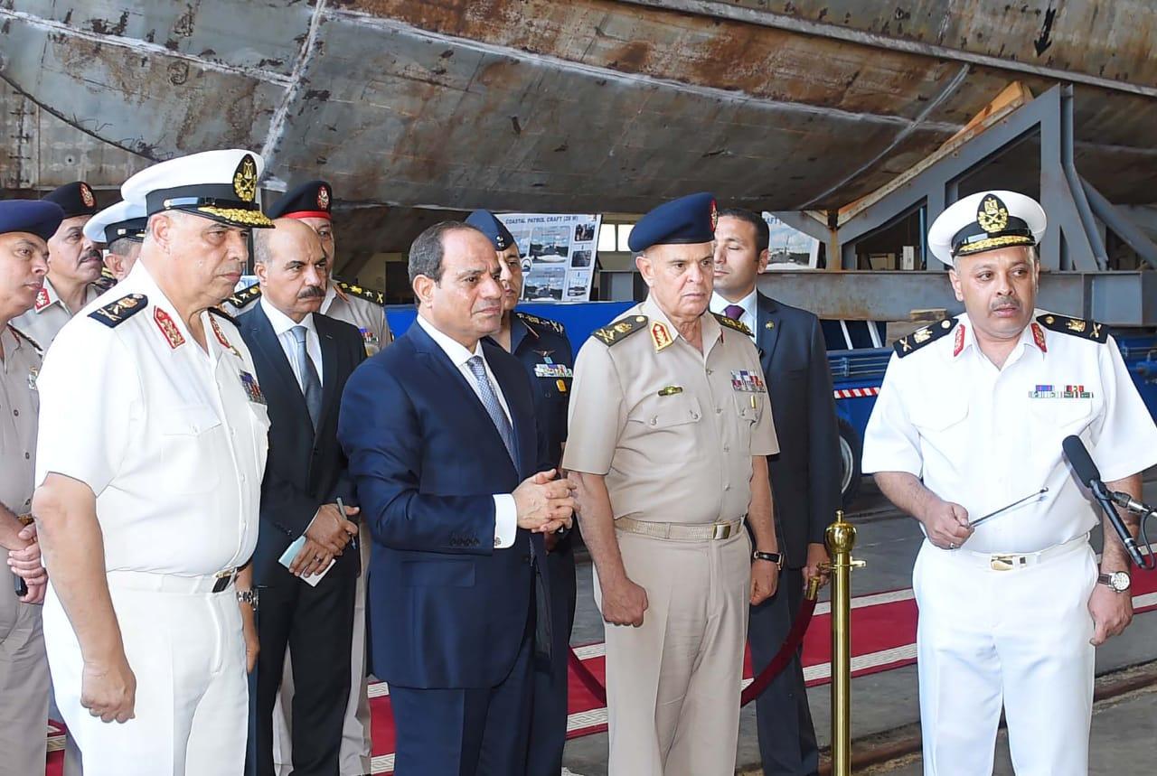 الرئيس السيسي يتفقد هناجر وورش إصلاح القوات البحرية (4)