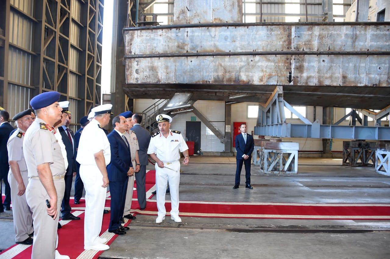 الرئيس السيسي يتفقد هناجر وورش إصلاح القوات البحرية (1)