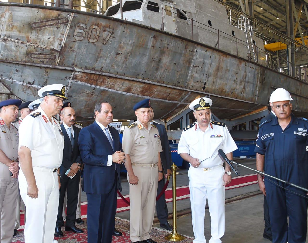 الرئيس السيسي يتفقد هناجر وورش إصلاح القوات البحرية (3)