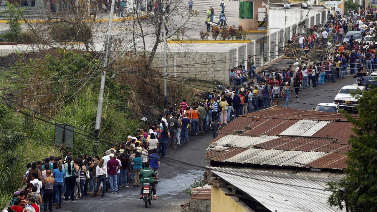 الطوابير الطويلة أصبحت مشهدًا عاديًا في فنزويلا