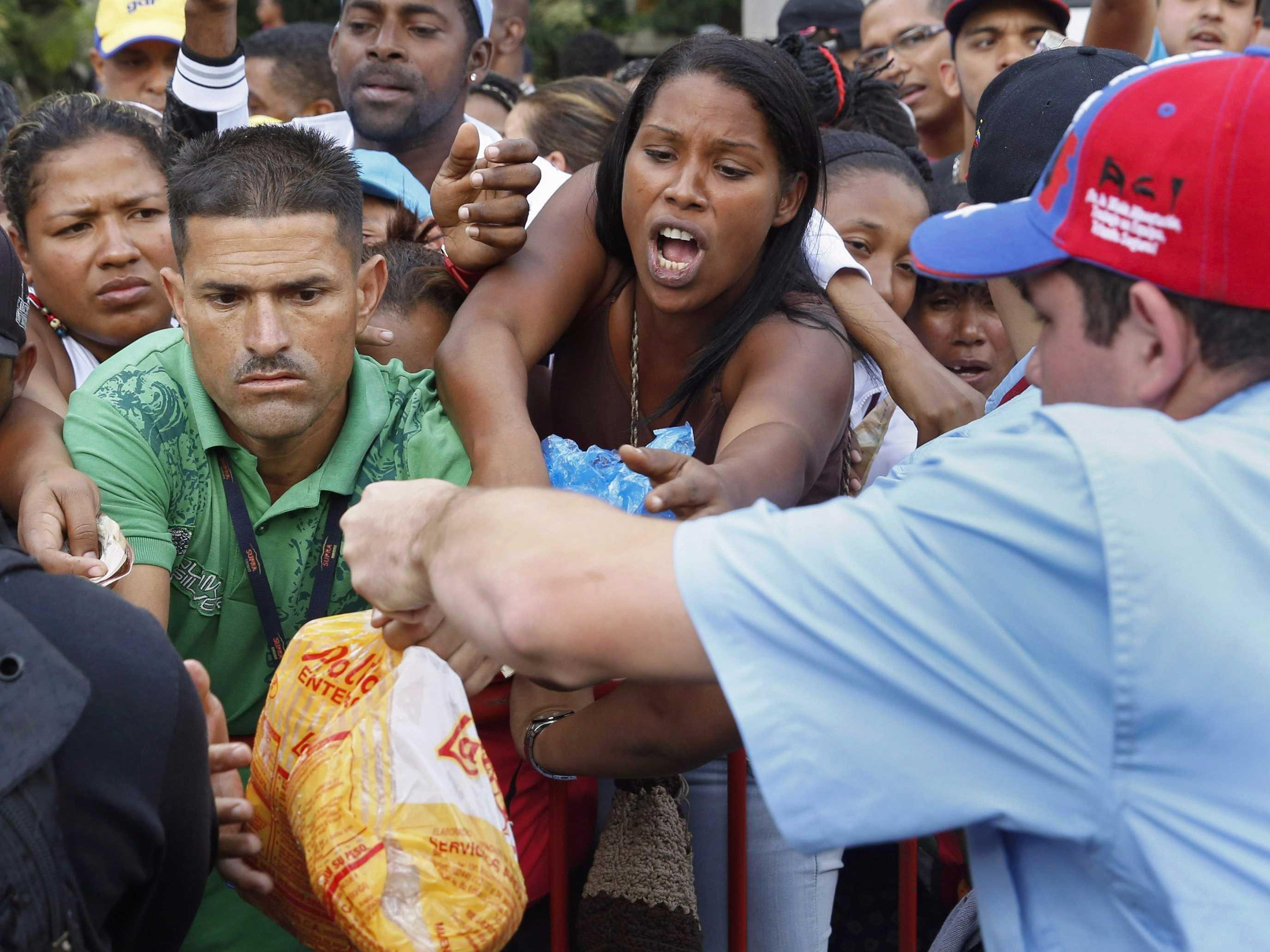 تزاحم فنزويليين على حصص السلع المدعمة