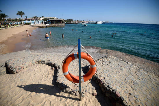 1498957-السياح-يستمتعون-بالسباحة-فى-البحر copy