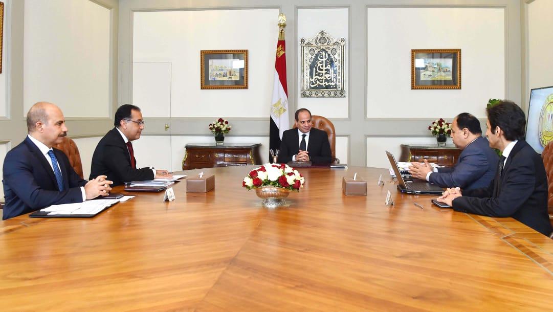 السيسي يجتمع برئيس الوزراء ووزير الماليه