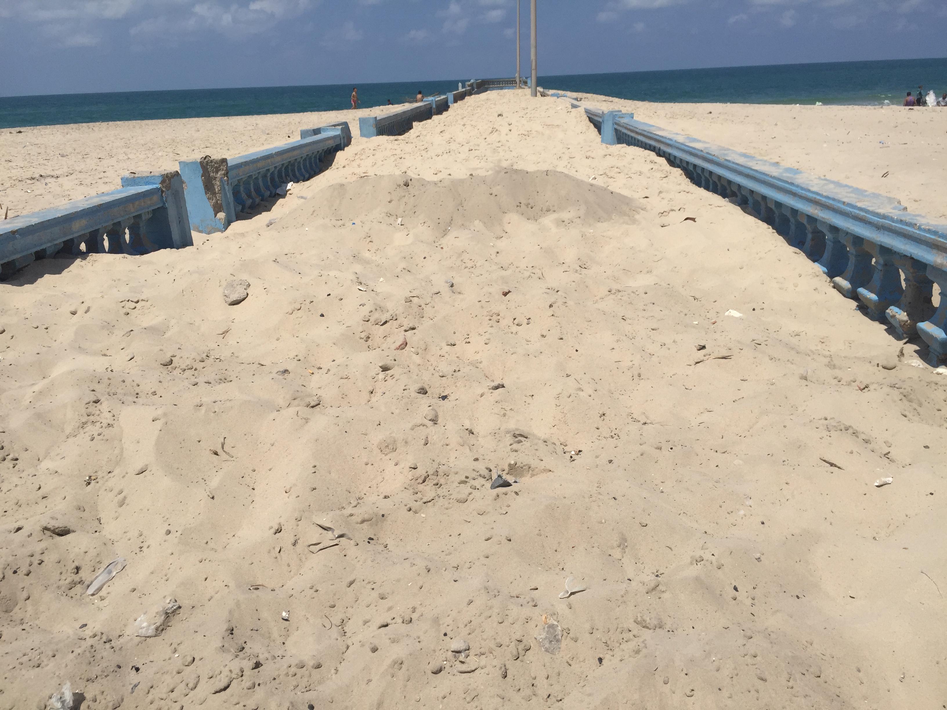 2176847-الرمال-تلتهم-ألسنة-الكورنيش-(2)
