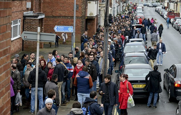 طابور من مئات المواطنين البريطانيين المشردين فى انتظار وجبة
