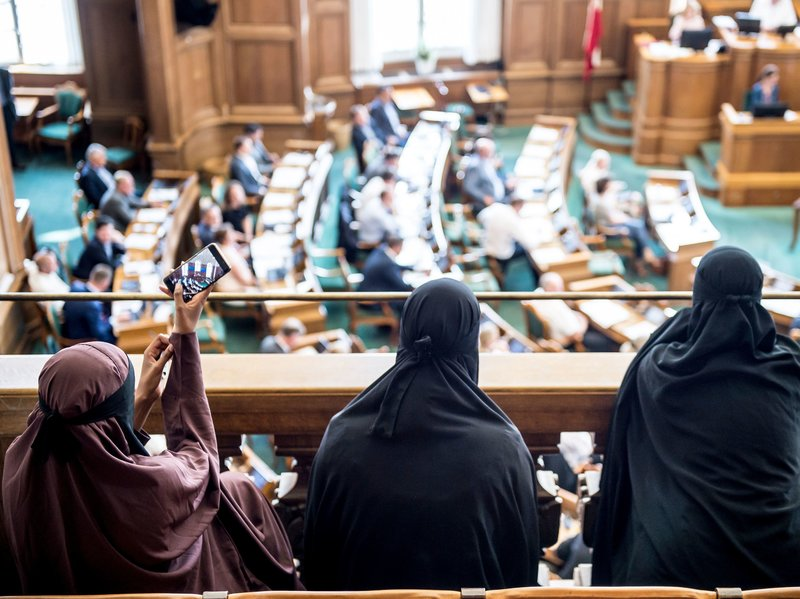 منقبات يحضرن جلسة البرلمان لمناقشة قانون حظر النقاب