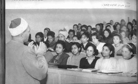 محاضرة فى كلية  البنات الاسلامية فى الستينات