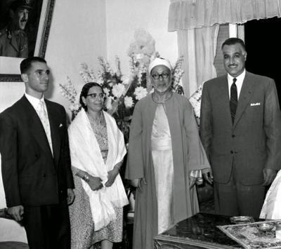 شيخ الأزهر عبدالرحمن تاج وزوجته فى حفل زفاف ابنتهما فى وجود عبدالناصر