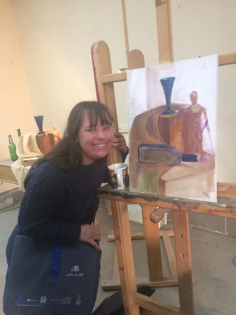 كارين مع احدى لوحاتها