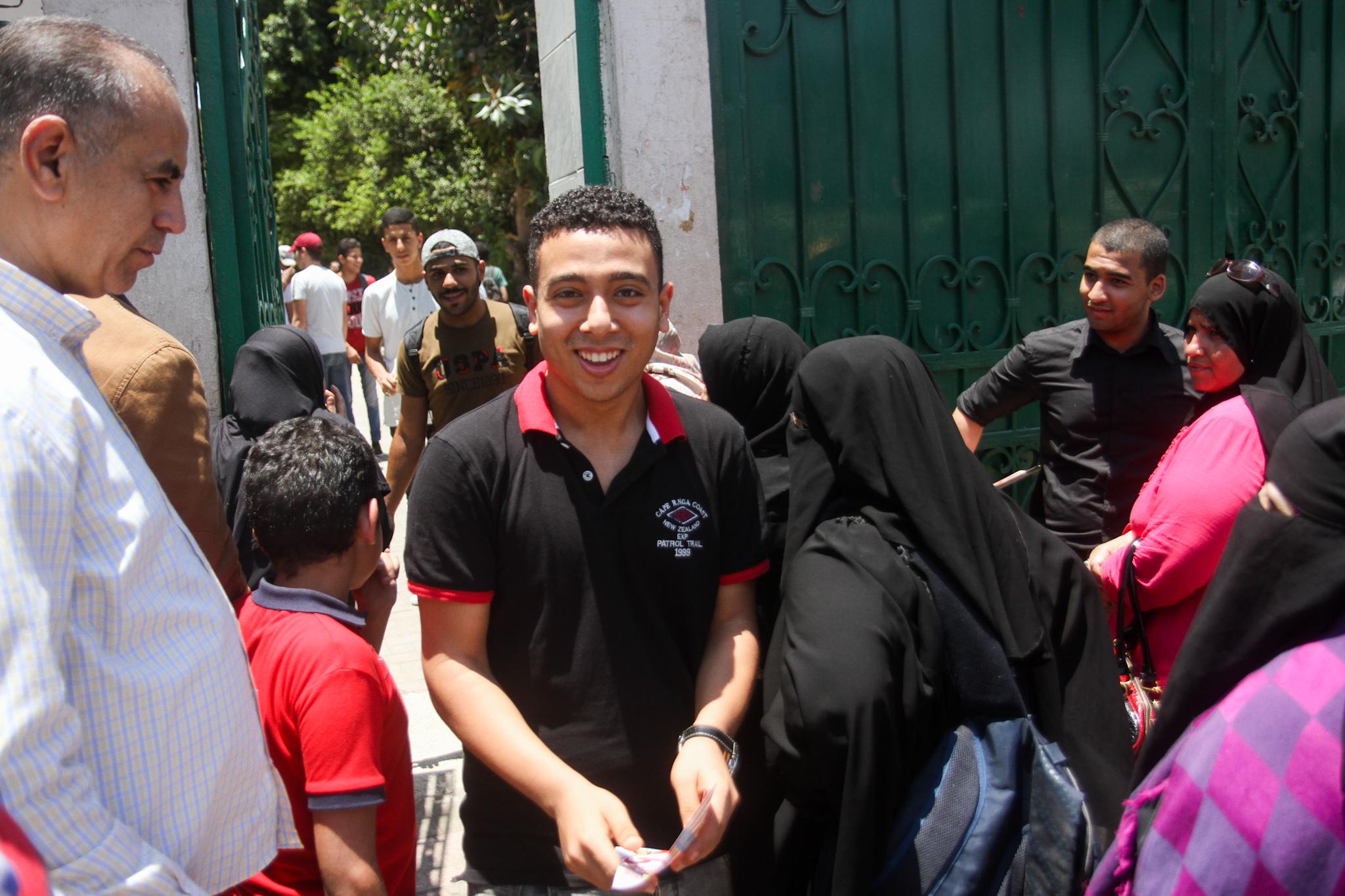 طالب يخرج مبتسما بعد ادائه الامتحان