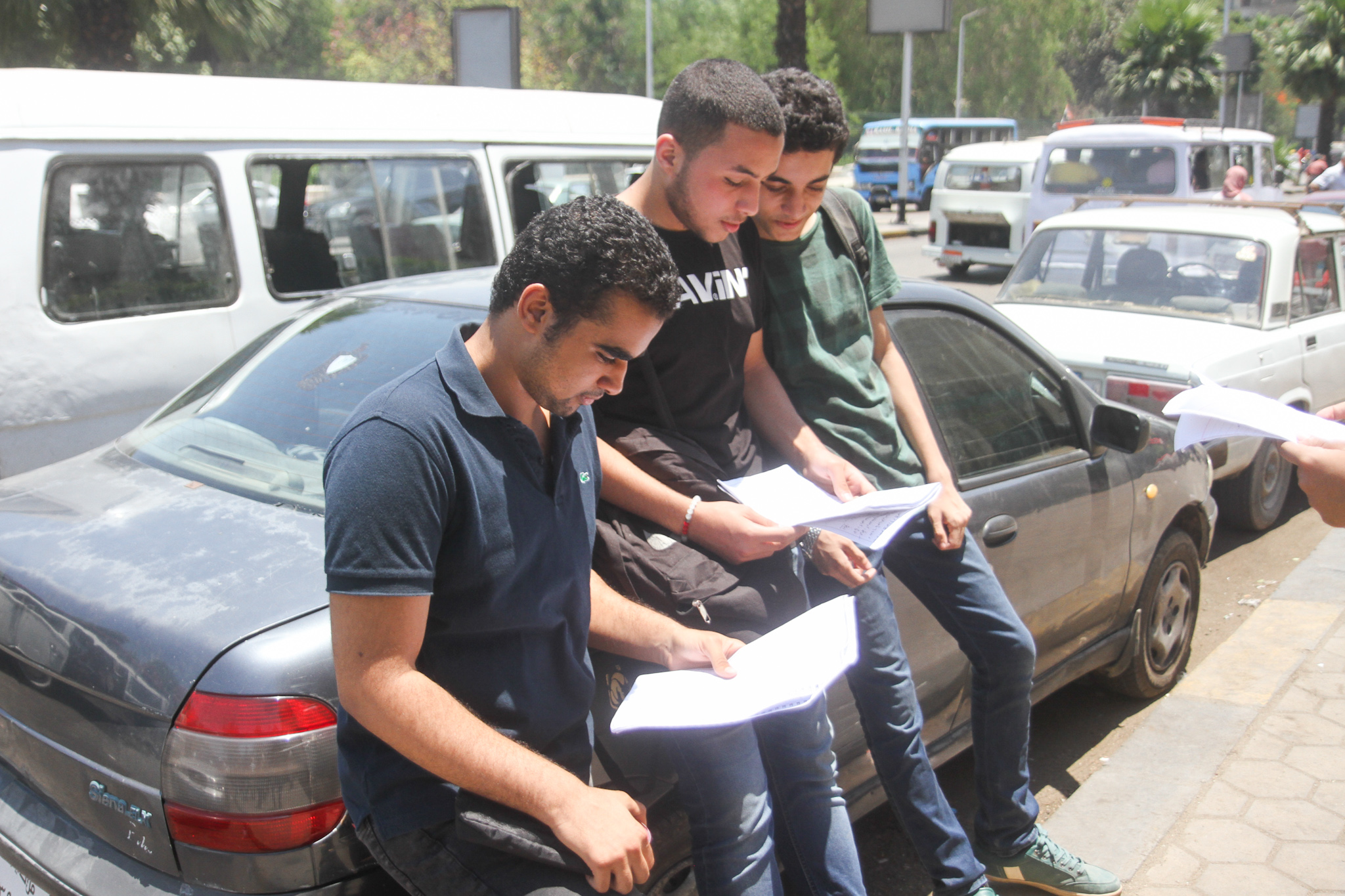 طلاب تقوم بالمراجعه بعد الامتحان
