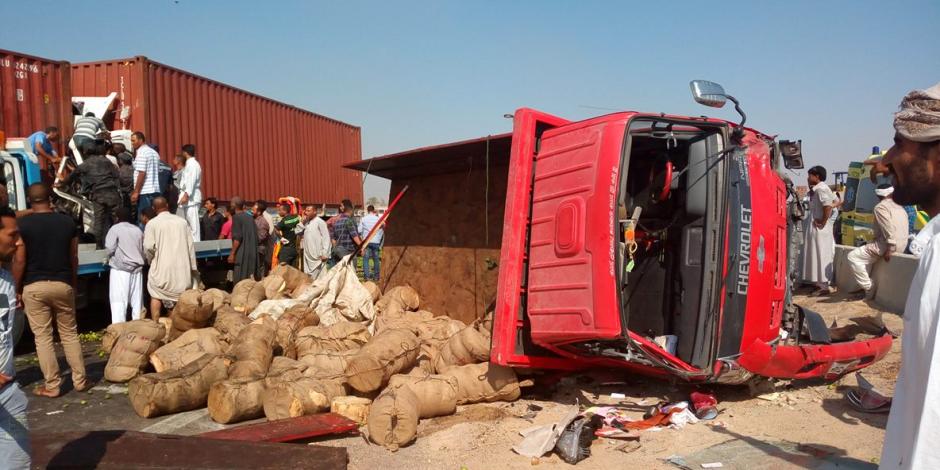 زحام مروري إثر حادث إنقلاب سيارة نقل أعلى محور الثورة بمصر الجديدة