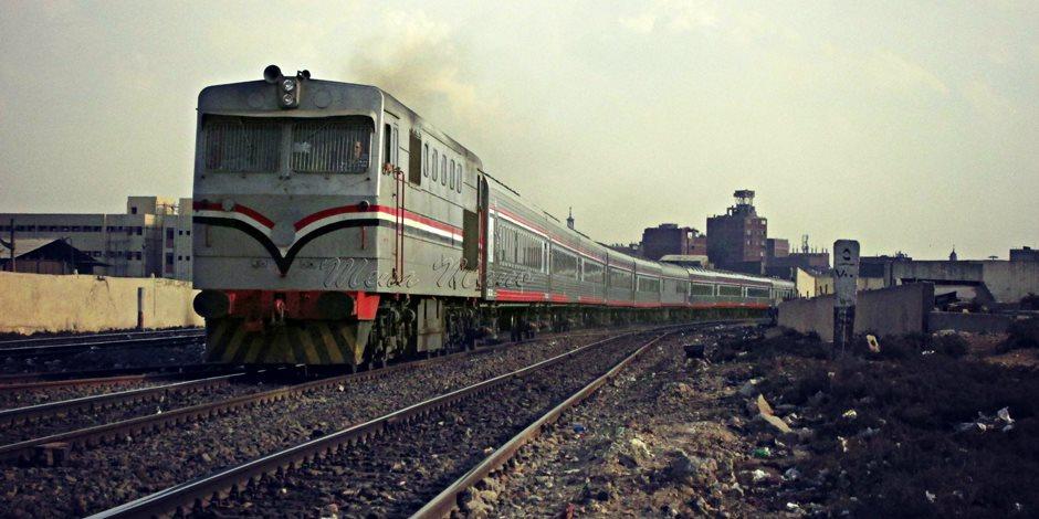 سباق السيارات مع قطار السكة الحديد على مزلقان العباسية ينذر بكارثة (فيديو)