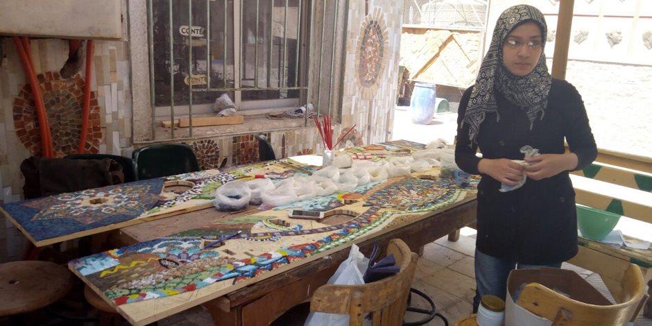 تعليمهن فن وصنعة.. بنات كليات الفنون ايد ناعمة تتلف فى الحرير والثانية ماسكة منشار