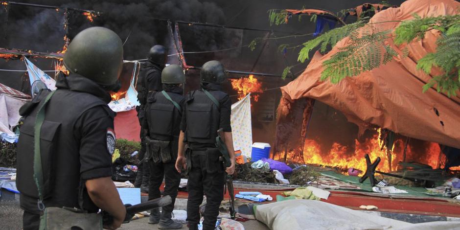 """النيابة في """"فض رابعة"""": المتجمهرون رشقوا القوات بالطوب والشماريخ والنيران وأحرقوا الخيام"""