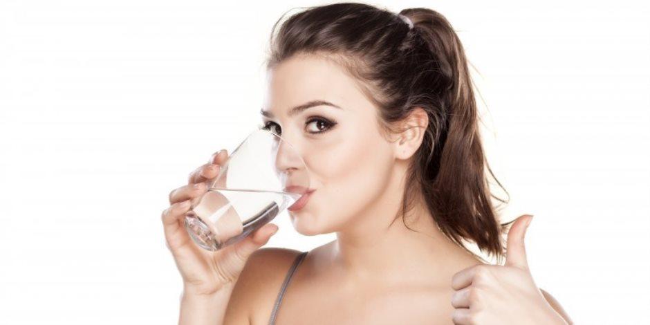 تخلصي من التورم بطرق طبيعية .. الإقلال من الملح وشرب كميات كافية من المياه
